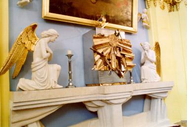Pohled na oltář. Svatostánek vytvořil sochař M. Trubač.