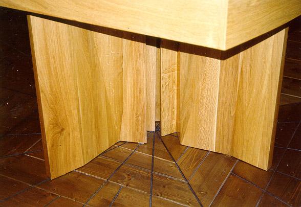 detail stolu a podlahy